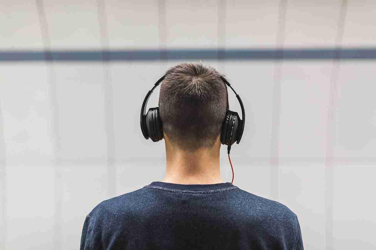 Quanto dovrebbero essere alto il volume delle tue cuffie quando ascolti musica
